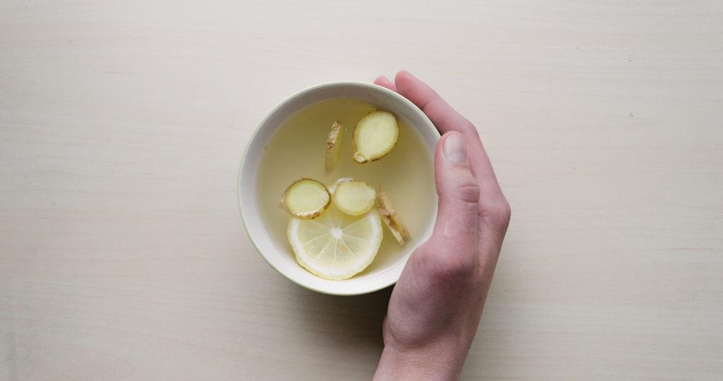 Ajoutez du gingembre et du citron dans le thé pour être en meilleure santé