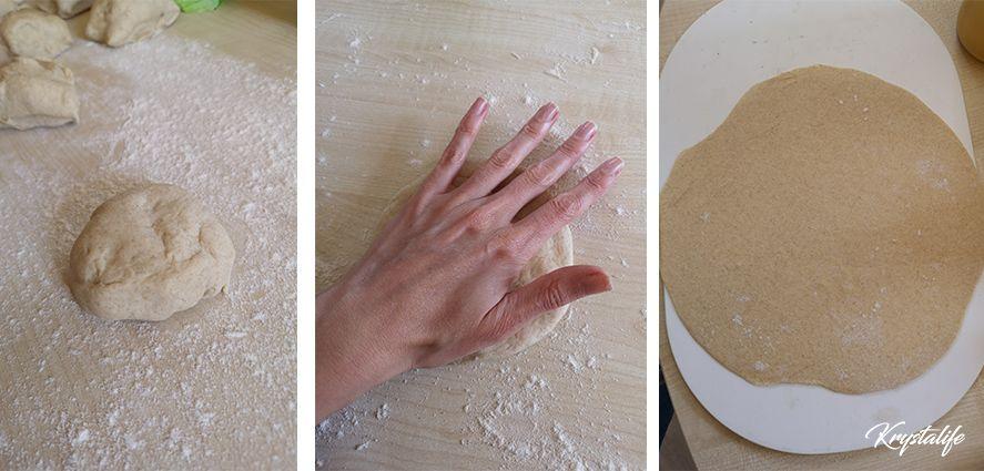 Préparation du pain pita, on abaisse la pâte